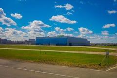 MINSK, BIELORRÚSSIA - 1º DE MAIO DE 2018: Vista exterior bonita do aeroporto internacional de Zhukovsky, construção da aviação em Fotografia de Stock Royalty Free