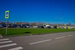 MINSK, BIELORRÚSSIA - 1º DE MAIO DE 2018: Vista exterior dos caras em uma área de estacionamento do aeroporto internacional de Zh Fotografia de Stock