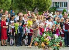 Minsk, Bielorrússia - 1º de setembro de 2018 o professor dá de primeiro grau imagens de stock royalty free