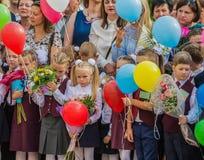 Minsk, Bielorrússia - 1º de setembro de 2018 os Primeiro-graduadores e seu paren fotos de stock royalty free
