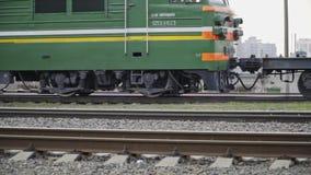 Minsk Bielorrússia abril de 2019 Rodas de um trem que move sobre o movimento lento dos trilhos vídeos de arquivo