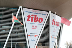 MINSK, BIELORRÚSSIA - 18 de abril de 2017: A bandeira exterior com logotipo do TIBO-2017 o 24o International especializou o fórum Imagem de Stock
