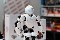 MINSK, BIELORRÚSSIA - 18 de abril de 2017: O humanoid Ubtech Aplha 1S do robô em TIBO-2017 o 24o International especializou o fór Fotografia de Stock Royalty Free