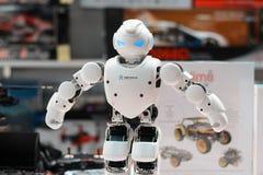 MINSK, BIELORRÚSSIA - 18 de abril de 2017: O humanoid Ubtech Aplha 1S do robô em TIBO-2017 o 24o International especializou o fór Fotografia de Stock