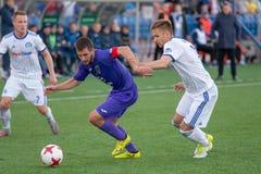 MINSK, BIELORRÚSSIA - 7 DE ABRIL DE 2018: Jogadores de futebol durante a harmonia de futebol bielorrussa da primeiro liga entre o Fotografia de Stock Royalty Free