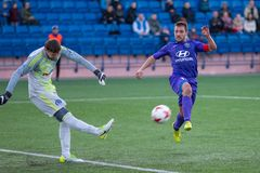 MINSK, BIELORRÚSSIA - 7 DE ABRIL DE 2018: Jogadores de futebol durante a harmonia de futebol bielorrussa da primeiro liga entre o Fotos de Stock