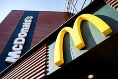 Minsk, Bielorrússia - 6 de abril de 2019: Logotipo de mcdonald O ` s de McDonald ? a corrente a maior do ` s do mundo de restaura imagem de stock royalty free