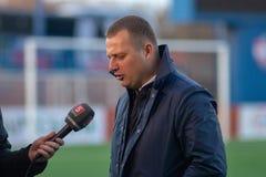 MINSK, BIELORRÚSSIA - 7 DE ABRIL DE 2018: Vitaly Zhukovsky, treinador principal de FC Isloch dá a entrevista após o bielorrusso p Fotografia de Stock