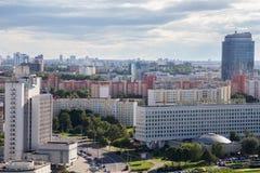 MINSK, BIELORRÚSSIA - 15 DE AGOSTO DE 2016: Ideia aérea da parte ocidental do Minsk com construções altas imagens de stock royalty free