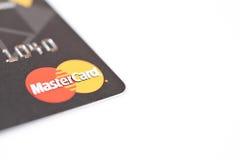 MINSK, BIELORRÚSSIA - 22 de fevereiro de 2017 Cartão de crédito com logotipo de MasterCard no branco Fotos de Stock Royalty Free