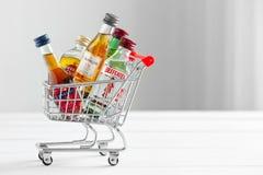Minsk, Bielorrússia - 16 de janeiro de 2018: carrinho de compras completamente de garrafas pequenas do álcool Foto de Stock