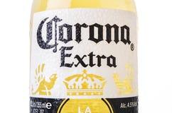 MINSK, BIELORRÚSSIA - 10 DE JULHO DE 2017: A cerveja de Corona Extra do close-up isolada no branco, uma das cervejas que mais ven Foto de Stock Royalty Free
