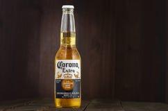 MINSK, BIELORRÚSSIA - 10 DE JULHO DE 2017: Foto editorial da garrafa da cerveja de Corona Extra no fundo de madeira, uma da parte foto de stock royalty free