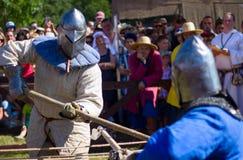 MINSK, BIELORRÚSSIA - 25 DE JULHO DE 2015: Restauração histórica de lutas cavalheirescos da batalha de Grunwald em Dudutki Fotos de Stock Royalty Free