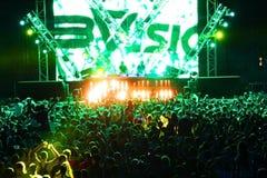 MINSK, BIELORRÚSSIA - 6 DE JULHO: Multidão de recolhimento global do festival no aeródromo de Borovaya o 6 de julho de 2013 em Min fotografia de stock royalty free