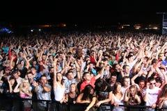 MINSK, BIELORRÚSSIA - 6 DE JULHO: Multidão de recolhimento global do festival no aeródromo de Borovaya o 6 de julho de 2013 em Min fotos de stock