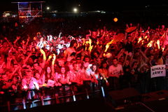 MINSK, BIELORRÚSSIA - 6 DE JULHO: Multidão de recolhimento global do festival no aeródromo de Borovaya o 6 de julho de 2013 em Min imagens de stock royalty free