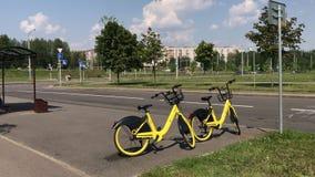 MINSK, MINSK, BIELORRÚSSIA 21 DE JULHO DE 2019, partilha estacionária da bicicleta As bicicletas para o arrendamento estão perto  video estoque