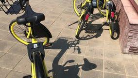 MINSK, MINSK, BIELORRÚSSIA 21 DE JULHO DE 2019, partilha estacionária da bicicleta As bicicletas para o arrendamento são ficadas  video estoque