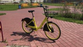 MINSK, MINSK, BIELORRÚSSIA 21 DE JULHO DE 2019, partilha estacionária da bicicleta O arrendamento da bicicleta está em uma rua da filme