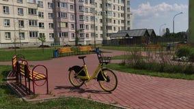 MINSK, MINSK, BIELORRÚSSIA 21 DE JULHO DE 2019, partilha estacionária da bicicleta O arrendamento da bicicleta está em uma rua da vídeos de arquivo