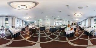 MINSK, BIELORRÚSSIA - 14 DE JULHO DE 2016: Restaurante interior da elite do panorama no hotel moderno 360 esféricos completos por fotografia de stock royalty free
