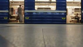 MINSK, BIELORRÚSSIA - 14 DE JUNHO DE 2018: o metro de Minsk, povos indeterminados embarca o metro na estação de Grushevka e video estoque