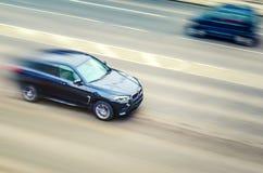 Minsk, Bielorrússia - 3 de março de 2017: Carro BMW na estrada asfaltada fotografia de stock royalty free