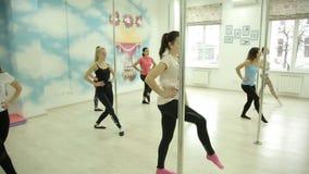 Minsk, Bielorrússia - 28 de novembro de 2018: As meninas bonitas aprendem os movimentos para uma dança nova em um estúdio vídeos de arquivo