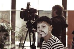 Minsk, Bielorrússia - 11 de novembro de 2016: O ator triste do menino mimica Imagens de Stock Royalty Free