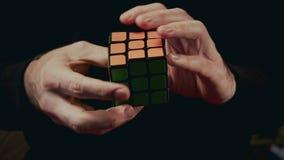Minsk, Bielorrússia - 20 de novembro de 2017: Os meninos entregam a resolução do cubo 3x3x3 do ` s de Rubik video estoque