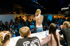 MINSK, BIELORRÚSSIA - 19 DE SETEMBRO DE 2015: Os povos mostram suas tatuagens Fotos de Stock