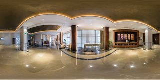 MINSK, BIELORRÚSSIA - EM AGOSTO DE 2013: 360 graus esféricos completos do panorama sem emenda na recepção do salão do guestroom d imagem de stock royalty free