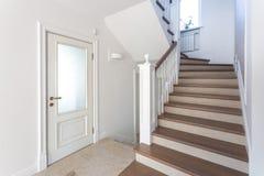 MINSK, BIELORRÚSSIA - EM JANEIRO DE 2019: escadaria espiral de madeira no interior brilhante na casa das férias imagem de stock royalty free