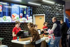 Minsk, Bielorrússia, o 24 de abril de 2018: Alimento da ordem dos povos em um restaurante do ` s de McDonald Imagem de Stock Royalty Free