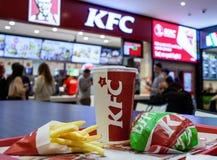 Minsk, Bielorrússia, o 17 de abril de 2017: Almoce do Hamburger, das batatas fritas e da bebida da galinha no restaurante de KFC fotos de stock royalty free
