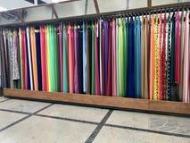 MINSK, BIELORRÚSSIA, O 24 DE ABRIL DE 2018; O shopping, as telas pendura nos contadores Departamento da costura Imagens de Stock