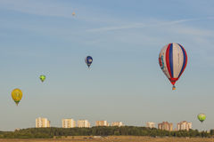 Minsk-Bielorrússia, o 19 de julho de 2015: Ar-balões diferentes que levitam durante o copo internacional dos Aerostatics Fotos de Stock