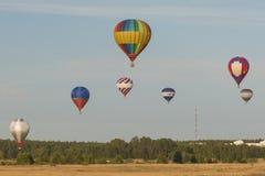 Minsk-Bielorrússia, o 19 de julho de 2015: Ar-balões diferentes que levitam durante o copo internacional dos Aerostatics Imagem de Stock