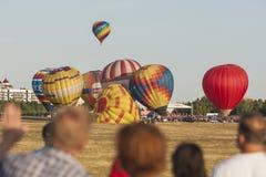 Minsk-Bielorrússia, o 19 de julho de 2015: Muitos Ar-balões que participam no copo internacional dos Aerostatics Fotos de Stock Royalty Free