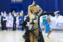 Minsk-Bielorrússia, outubro 4,2014: O par profissional não identificado da dança executa o programa latino-americano adulto no mu Fotos de Stock