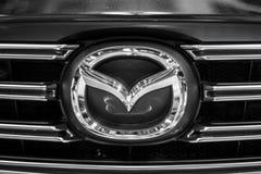 Minsk, Bielorrússia tipo Mazda do maio de 2018 simboliza o sinal do logotipo no automóvel durante o autoexhibition em Mazda 6 fotografia de stock royalty free