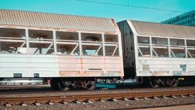 Minsk Bielorr?ssia abril de 2019 Os carros de um trem de mercadorias que move sobre os trilhos video estoque