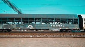 Minsk Bielorr?ssia abril de 2019 Os carros de um trem de mercadorias que move sobre os trilhos filme