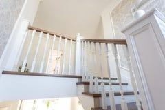 MINSK, BIELORR?SSIA - EM JANEIRO DE 2019: escadaria espiral de madeira no interior brilhante na casa das f?rias fotos de stock