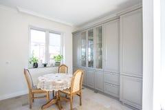 MINSK, BIELORR?SSIA - em janeiro de 2019: interior da cozinha do luxure de apartamentos lisos do s?t?o imagens de stock