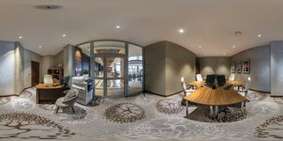 MINSK, BIELORRUSIA - AGOSTO DE 2017: panorama esférico inconsútil completo 360 grados en la sala de ordenadores interior para los imagenes de archivo