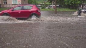 minsk Bielorrusia - 21 05 2018: Coches en la calle inundada con lluvia metrajes