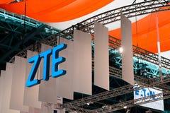 MINSK, BIELORRUSIA - 18 de abril de 2017: El logotipo del soporte de ZTE en TIBO-2017 el 24to International especializó el foro e foto de archivo libre de regalías