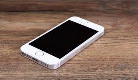 Minsk, Bielorrusia - 16 de abril de 2016: IPhone 5, 5S de Apple Versi blanco Fotografía de archivo libre de regalías
